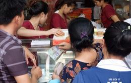 Người Hà Nội xếp hàng dài mua bánh Trung thu