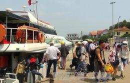 Hàng trăm du khách mắc kẹt trên đảo Lý Sơn do biển động