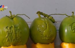 Dừa khắc chữ hút khách ngày Tết