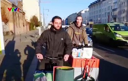 Đội tình nguyện đạp xe tặng quà người vô gia cư ở Đức