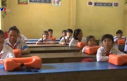 Đồng Tháp tặng dụng cụ nổi cho học sinh đến trường
