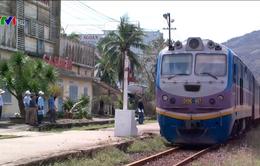 Đường sắt Bắc - Nam vẫn phải chuyển tải khách bằng ô tô
