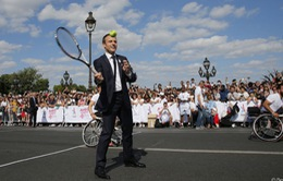 Tổng thống Pháp Emmanuel Macron chơi quần vợt, vận động đăng cai Olympic 2024