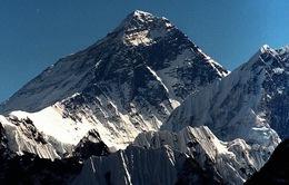 """Đỉnh núi cao nhất thế giới Everest đang """"lùn"""" đi?"""