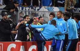 Tung cước vào mặt CĐV, Patrice Evra nhận ngay thẻ đỏ khi chưa ra sân
