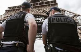 Pháp bắt đối tượng khua dao ở tháp Eiffel