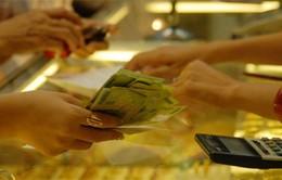 """Người Việt """"cắn răng"""" mua vàng đắt"""