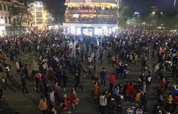 Tấp nập không khí đêm Giáng sinh tại các thành phố lớn