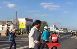 Giăng dây cho trẻ qua đường ở Phước Dân, Ninh Thuận