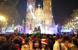 Người dân Hà Nội nô nức đổ ra đường đón Giáng sinh