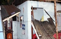 Giông lốc thổi bay 50 căn nhà ở TP.HCM