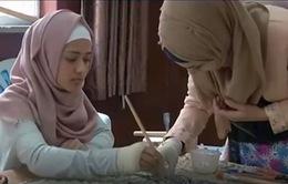 Phụ nữ khiếm thính Pakistan thay đổi cuộc sống nhờ làm tranh chạm khảm