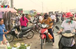 Vĩnh Long: Nhiều vụ tai nạn từ việc bán hàng rong lấn chiếm đường