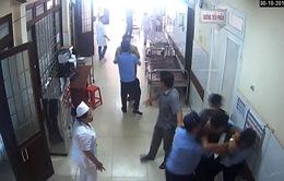 Clip: Người nhà bệnh nhân say rượu hành hung bảo vệ bệnh viện ở Đắk Lắk