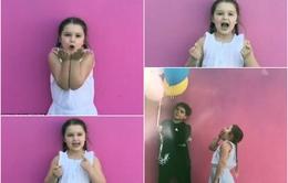 """Harper Beckham hát """"Happy birthday"""" cực ngọt ngào tặng mẹ Victoria"""