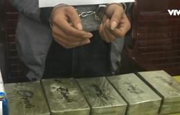 Bắt đối tượng vận chuyển trái phép 10 bánh heroin