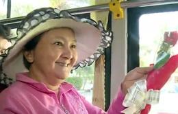 TP.HCM: Hành khách nữ bất ngờ vì đi xe bus được nhận hoa