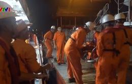 Cứu ngư dân gặp nạn ở Hoàng Sa