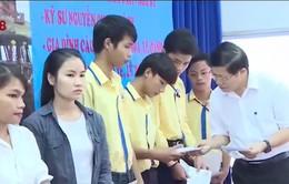 Trao học bổng hiếu học cho 300 sinh viên Thừa Thiên Huế