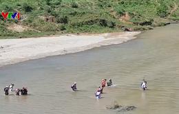Học sinh ở Quảng Trị phải lội sông đến trường