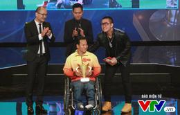 Tuấn Hưng xúc động trước tấm gương vượt khó của nhà vô địch Paralympic Lê Văn Công