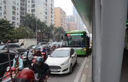 """Xe bus nhanh BRT """"khổ sở"""" trên đường sau kỳ nghỉ lễ"""