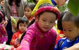 Các em nhỏ hào hứng tham gia Hội chợ từ thiện hỗ trợ mổ tim cho trẻ em nghèo
