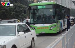 Bị xe ô tô tạt đầu, xe bus nhanh BRT vỡ cửa kính