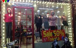 Nhiều hàng quần áo ế ẩm vì mùa đông không lạnh