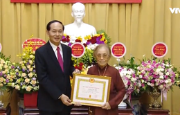 Đồng chí Nguyễn Thị Bình nhận huy hiệu 70 năm tuổi Đảng