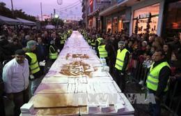 Hy Lạp đón năm mới với chiếc bánh truyền thống khổng lồ