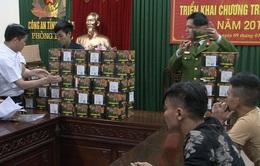 Nghệ An: Bắt vụ vận chuyển 120kg pháo nổ bằng xe taxi