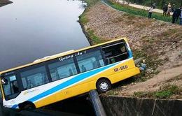 Xe tải tông mạnh, hất tung xe bus xuống chân cầu