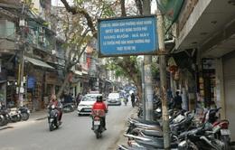 Công an rời đi, vỉa hè Hà Nội kín xe máy, người đi bộ lại xuống... lòng đường