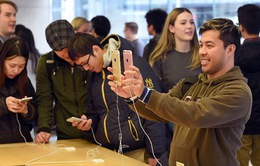 """Giới trẻ Mỹ ngày càng """"chết mê chết mệt"""" iPhone"""