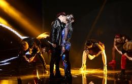 Tronie - MiA bất ngờ hôn nhau đắm đuối trên sân khấu The Remix