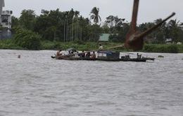 Trục vớt thành công ghe cát bị chìm trên sông Sài Gòn