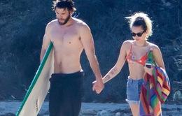 Miley Cyrus hạnh phúc nắm tay bạn trai trên biển