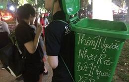 Thanh niên địu thùng rác, nhặt phế phẩm trên phố đi bộ