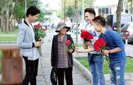 """3 chàng """"soái ca"""" xuống phố tặng hoa phụ nữ nghèo ngày 8/3"""