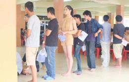 Hoa hậu chuyển giới Thái Lan xếp hàng khi khám sức khỏe quân sự