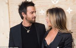 Jennifer Aniston hạnh phúc sánh đôi chồng trẻ
