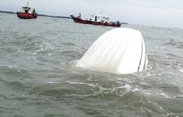 Thuê ca nô không đủ điều kiện hoạt động: 14 du khách bị lật xuống biển