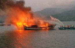 CHÙM ẢNH: Tàu cá bốc cháy dữ dội, thiêu rụi cả 2 tàu bên cạnh