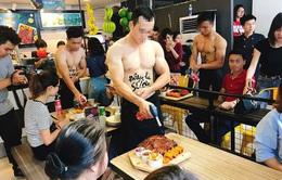 Vụ thuê trai cơ bắp, cởi trần làm tóc, phục vụ đồ ăn: Hà Nội vào cuộc kiểm tra