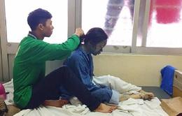 Cảm động bức ảnh chàng trai ngồi tết tóc cho bạn gái bị thủy đậu