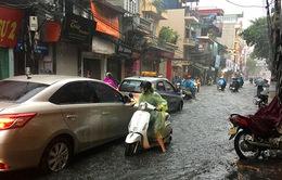 Hà Nội ngập bì bõm ngay trong cơn mưa lớn đầu mùa