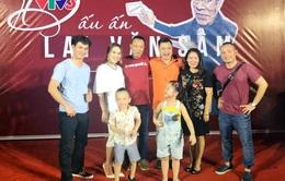 Ca sĩ Mỹ Tâm hát song ca với MC Lại Văn Sâm trong tiệc chia tay