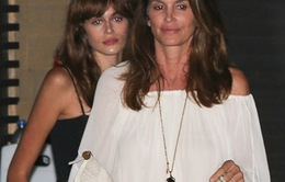"""Siêu mẫu Cindy Crawford sánh đôi cùng con gái """"bản sao"""""""