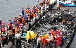 Indonesia bắt thuyền trưởng bỏ khách trên tàu cháy